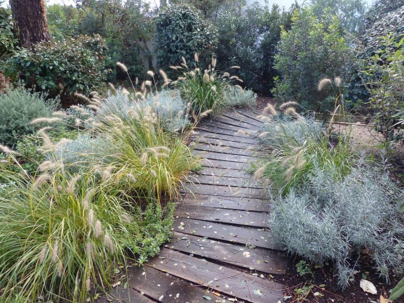 Cheminement escalier et sout nement en traverses bois au for Entretien jardin gujan mestras